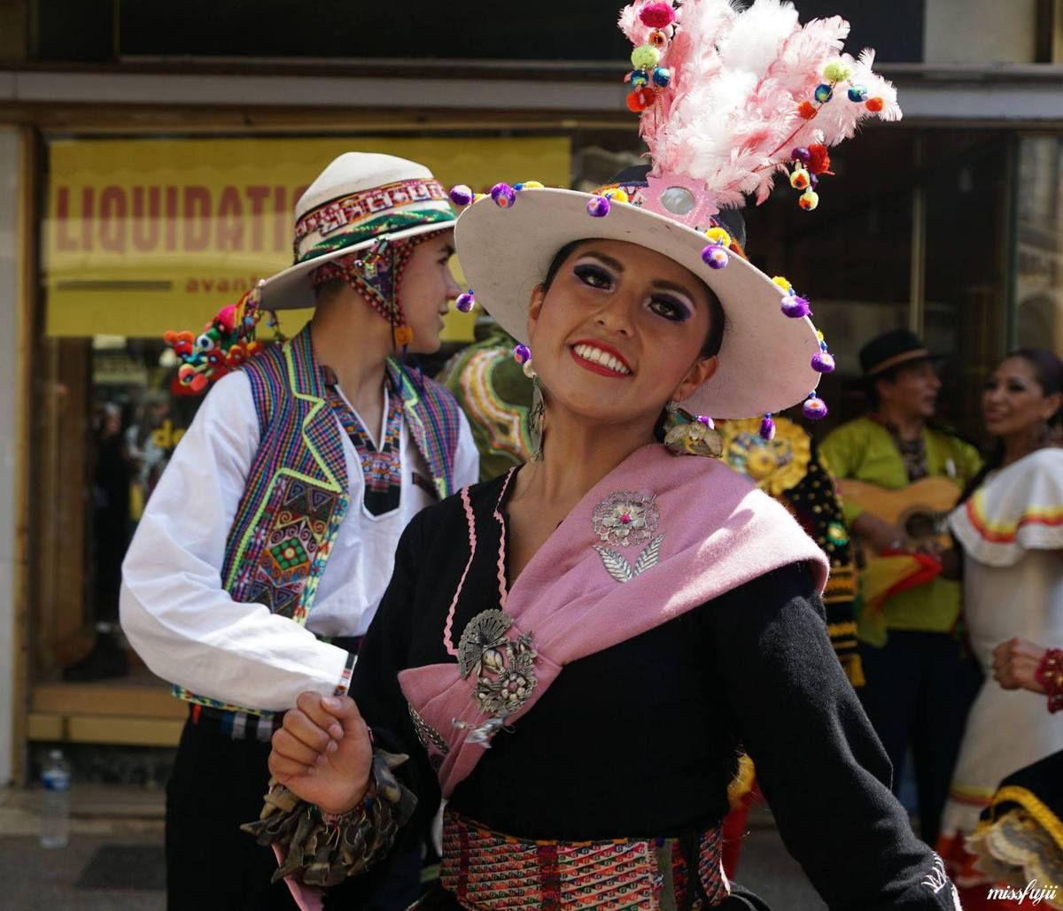 """Bolivie : ils nous livrent les secrets des provinces Incas, berceau de la """"Pachamama"""". Un spectacle à l'image de ce pays rempli de couleurs, et de références aux forces mythique"""
