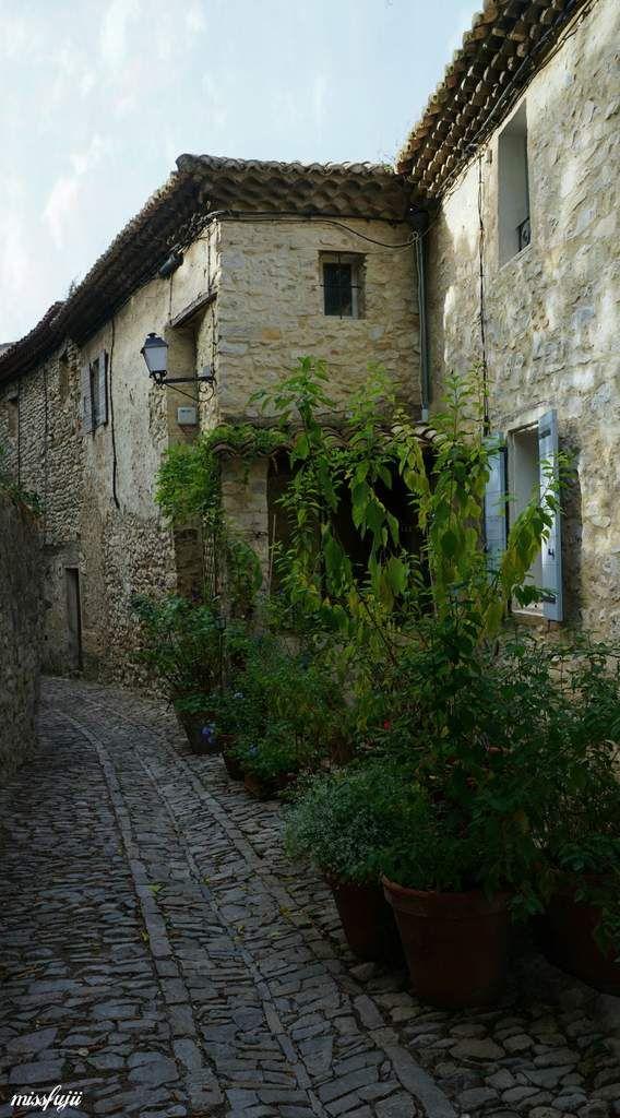 Ruelles en calade en pente et pavées de pierres pour une flânerie à l'ombre de ses vieux murs dans une atmosphère où le temps semble s'être arrêté.