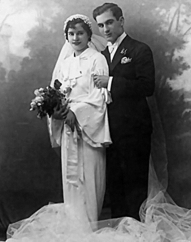 Pour illustrer le thème proposé cette semaine, je vous propose  un hommage aux anciens avec ce vieux cliché représentant mes grands parents maternels le jour de leur mariage.