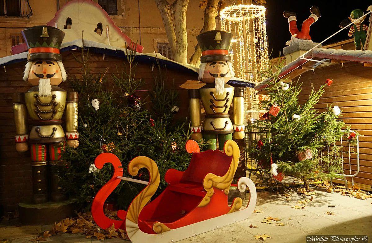 Et puisque c'est le temps des fêtes, je vous proposes d'autres photos toutes prises dans ma ville d'Istres pour rêver à l'Art de Noël