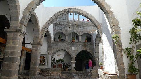 photos Patmos Hora vu de l'est baie Stavros ( le voilier c'est nous ) le monastére une rue interieur du monastère ( 3 ) encore le monastère