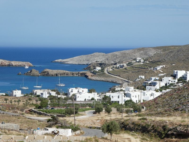 folegandros le port ; vue de la hora 2 photos; interieur de Hora  4 photos; cote ouest