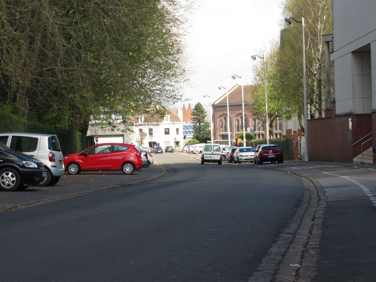 La rue Léon Blum mène au stade municipal, depuis la rue d'Aire.