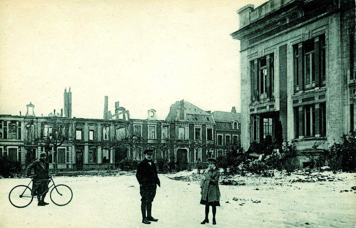 Le Théâtre, ici à droite, détruit en 1918