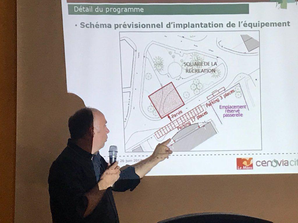 Présentation du schéma d'implantation de la Maison de quartier lors de la réunion de concertation du 26 juin.