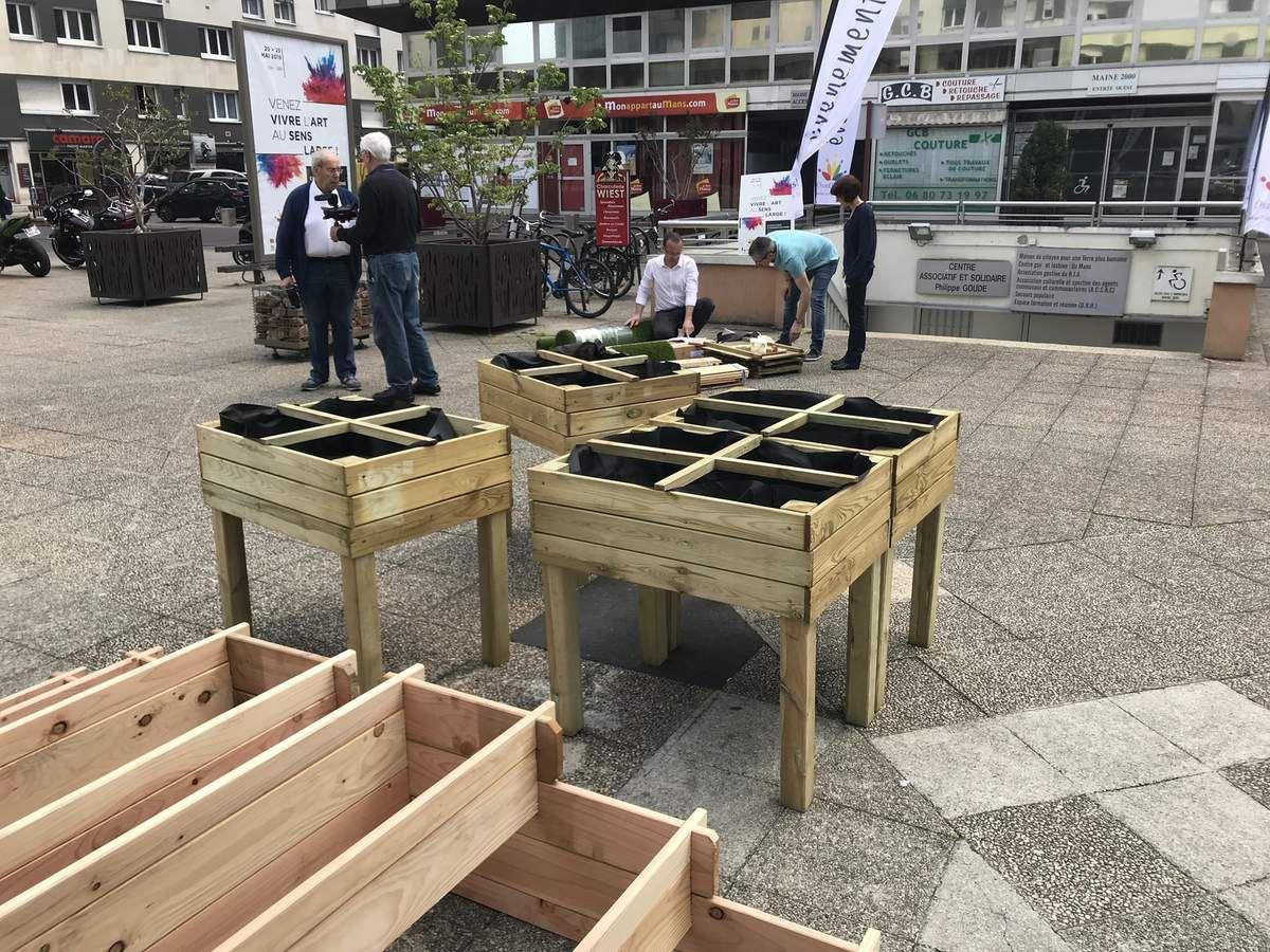 25 mai : Journée Citoyenne. Fabrication de jardinières partagées, Troc plantes, dégustation de rillettes sur la place des Comtes du Maine à l'initiative du Conseil des quartiers Cœur de ville.