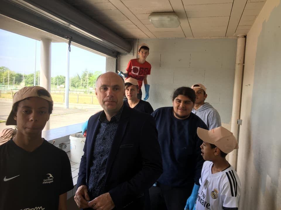 25 mai : #JournéeCitoyenne Les jeunes du Club de foot l'Internationale jouent du pinceau pour donner un petit coup de neuf à la buvette du stade des Bruyères.