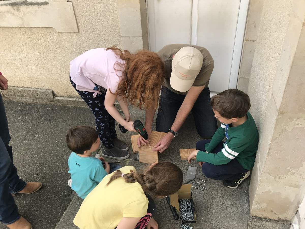 25 mai : Journée Citoyenne. A l'école Pape Carpentier, parents et enfants fabriquent des nichoirs pour la cour de l'école. Un projet qui répond à une des attentes du Budget participatif 2019.