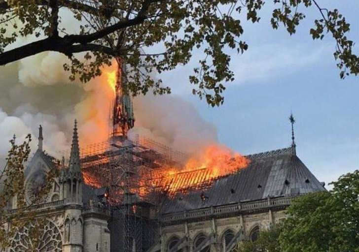 In https://www.i24news.tv/fr/actu/international/europe/1555348826-france-incendie-en-cours-a-la-cathedrale-notre-dame-de-paris-pompiers