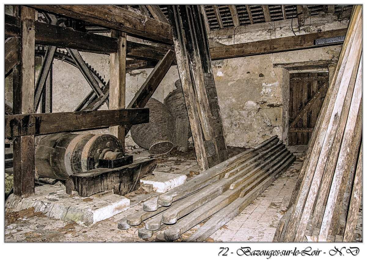 Le moulin seigneurial construit entre les XVe et XVIe siècles, conservé avec son bief et ses transmissions en bois.