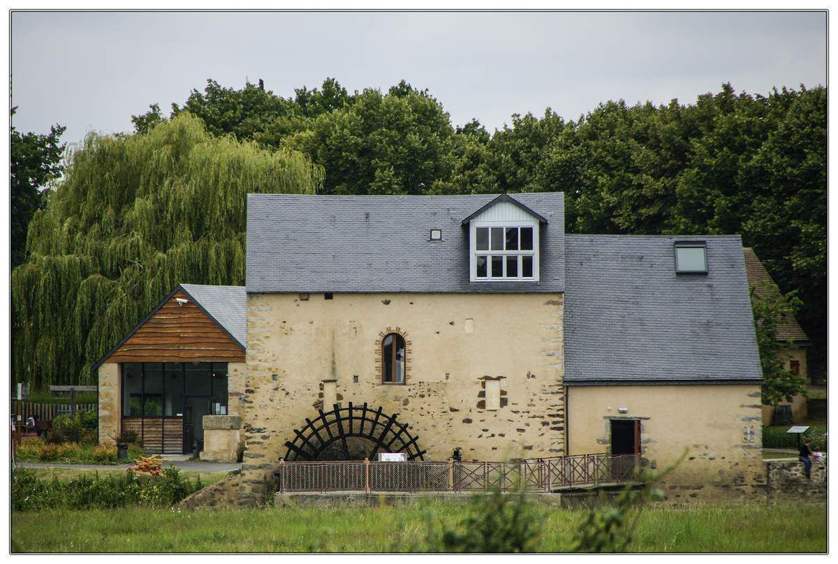 C'est au XVe siècle que le Moulin Cyprien a plongé sa roue à aubes dans la Sarthe. Reflet de l'église de Fillé dans la Sarthe.
