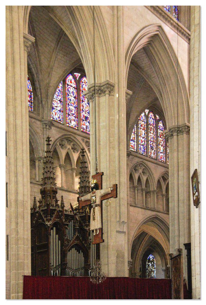 Piliers et chapiteaux cathédrale Saint-Julien le Mans.