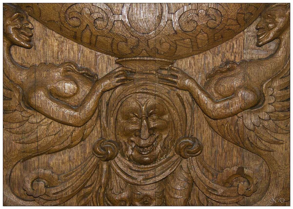 Dans la sacristie, des boiseries du XVIème siècle qui servaient à l'origine de dossiers aux stalles du chœur.