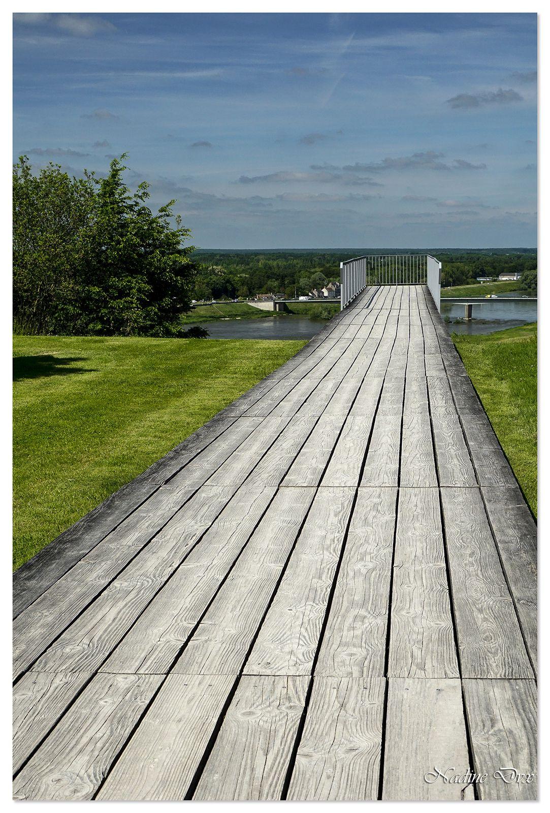 Passerelle de bois suspendue face à la Loire - Domaine de Chaumont-sur-Loire.