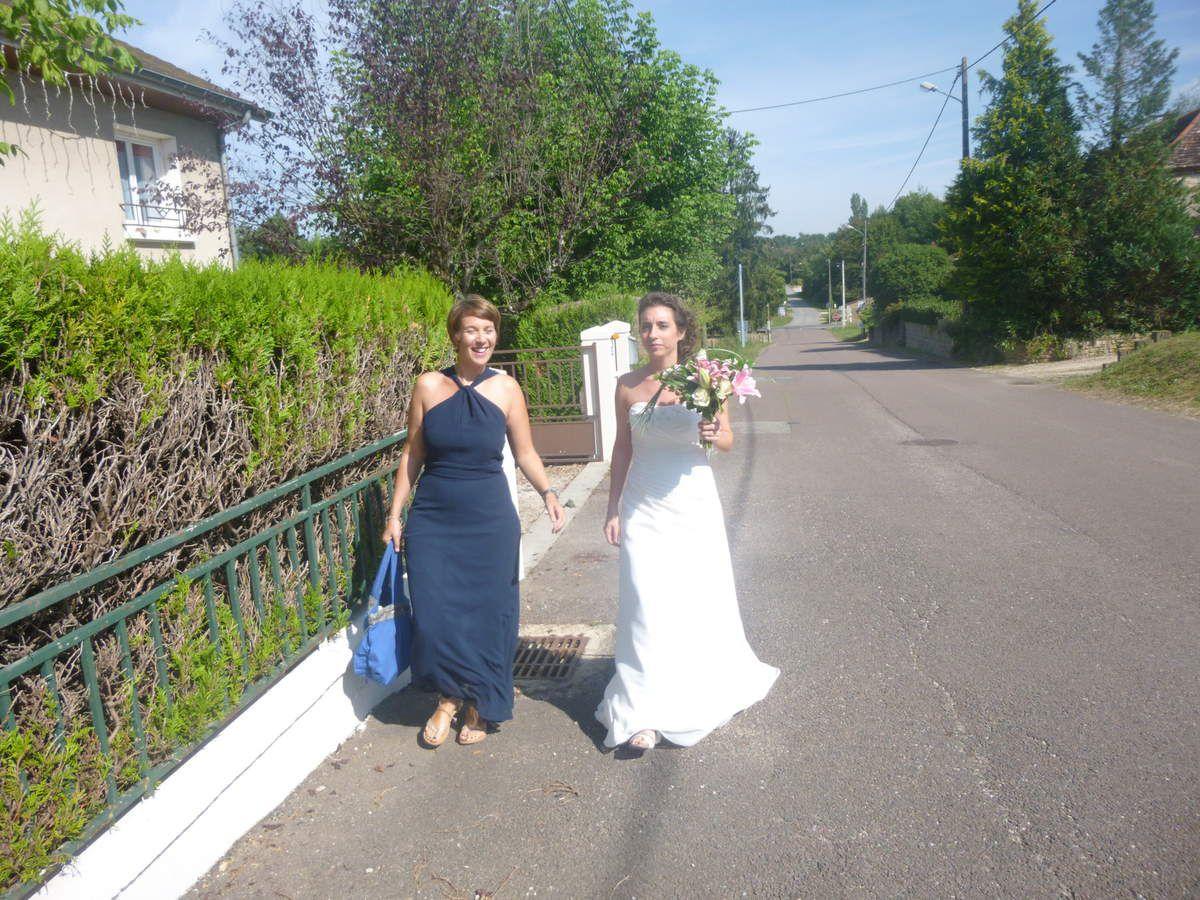 La jolie mariée apparaît accompagnée de Pamela, sa témoin de mariage !