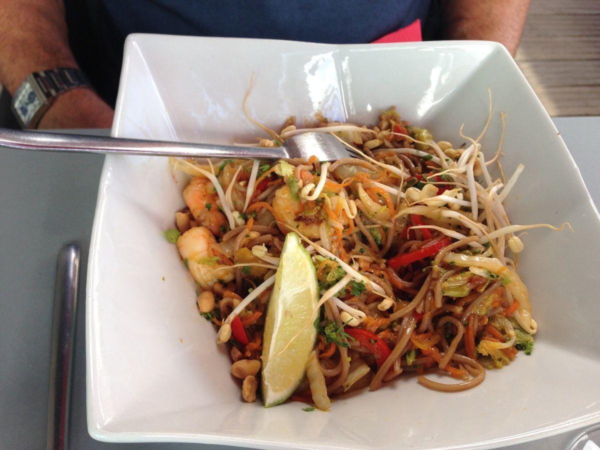 Un nouveau restaurant sur la plage, en bas de l'immeuble, on se régale avec un wok que je voudrais bien savoir cuisiner !