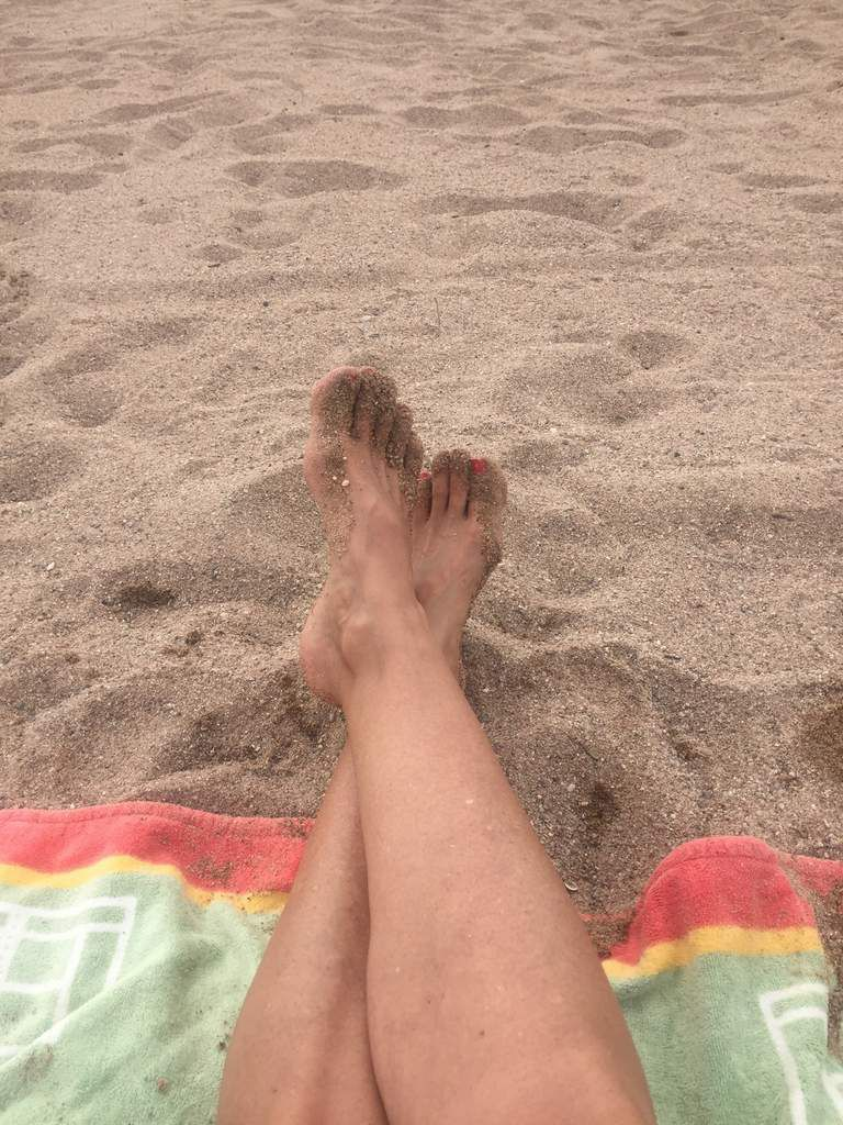 Pas de séjour à la mer sans la photo de mes pieds dans le sable ! tradition !!