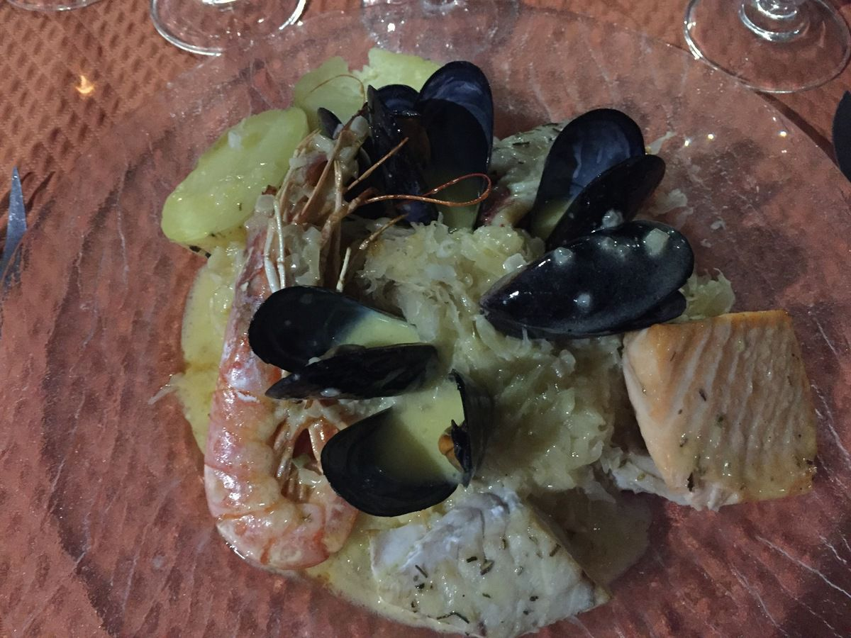crevettes et poisson sur lit de choucroute !