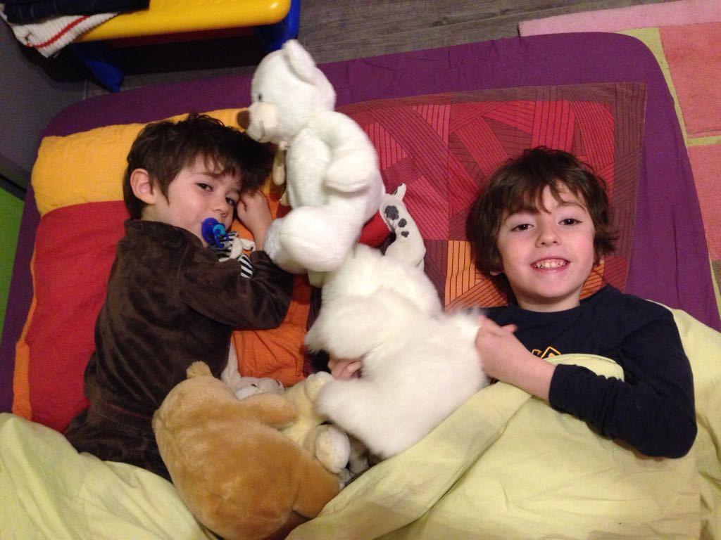 Les garçons font du camping dans la chambre d'alice
