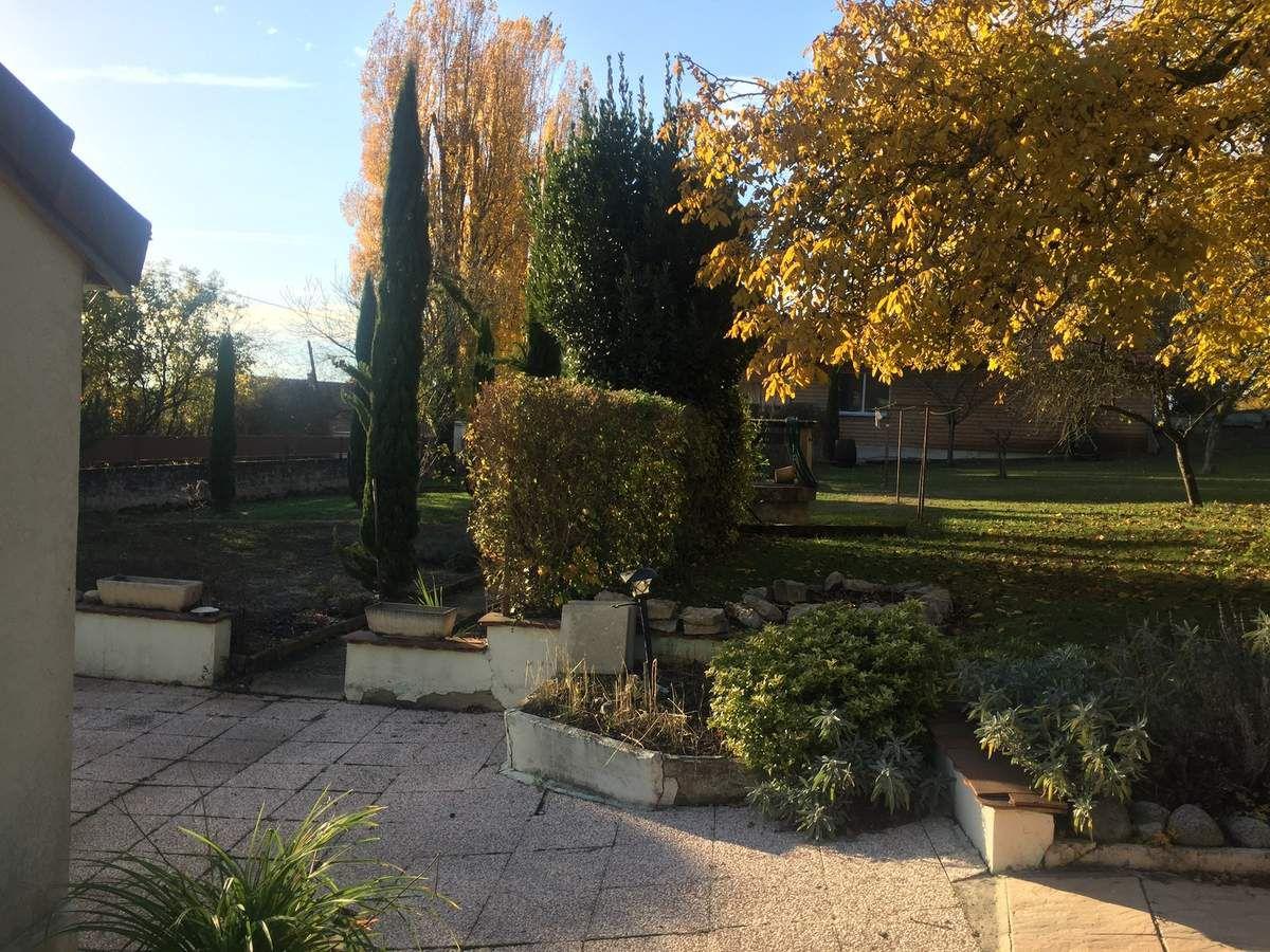 Il y a un grand et très joli jardin !