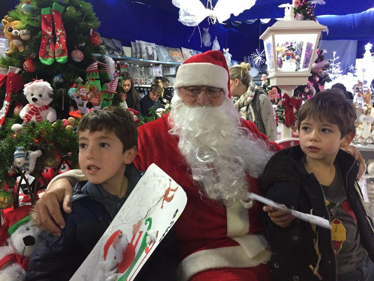Les garçons ont donné leurs dessins, Alice a fait la timide pour la photo avec le Père Noël