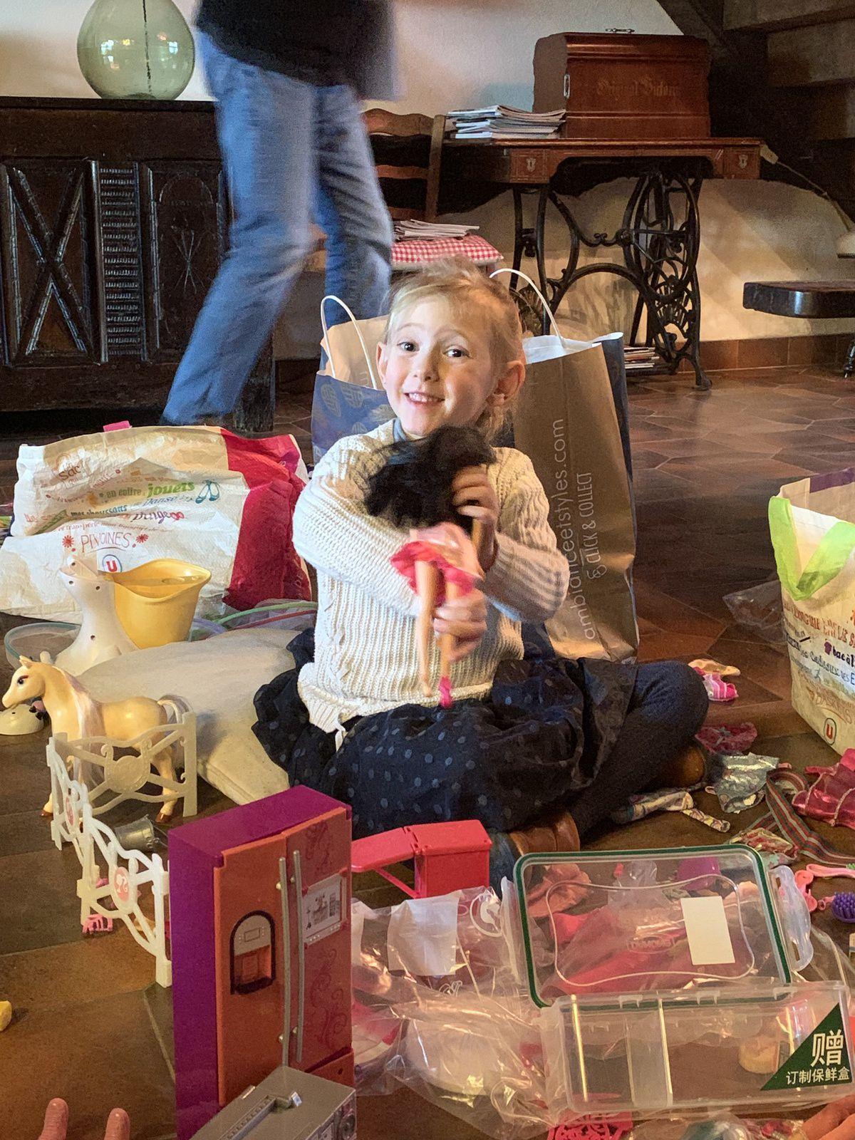 Alice est ravie car elle repart avec beaucoup de jouets !!