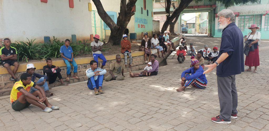 Pendant l'épidémie à Madagascar, le père Pedro reste au plus près de ses protégé(e)s (Reproductions des photos interdites sans autorisation)