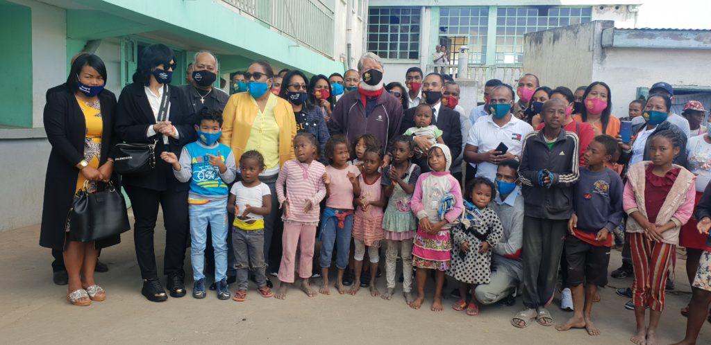La délégation de l'Église MRES de Madagascar à Antananarivo dirigée par le pasteur Fidy avec le père Pedro.