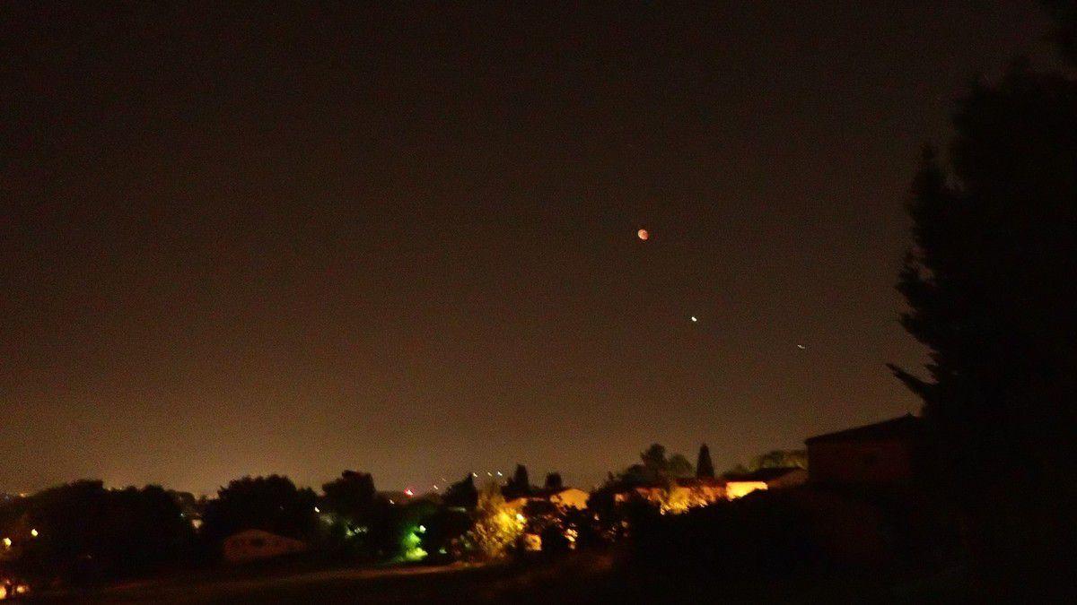 22h51 - photo sans pied ni flash ni zoom, lune commençant à sortir de son éclipse totale, et mars, pollution lumineuse par les lampadaires dans la pollution aux particules fines.