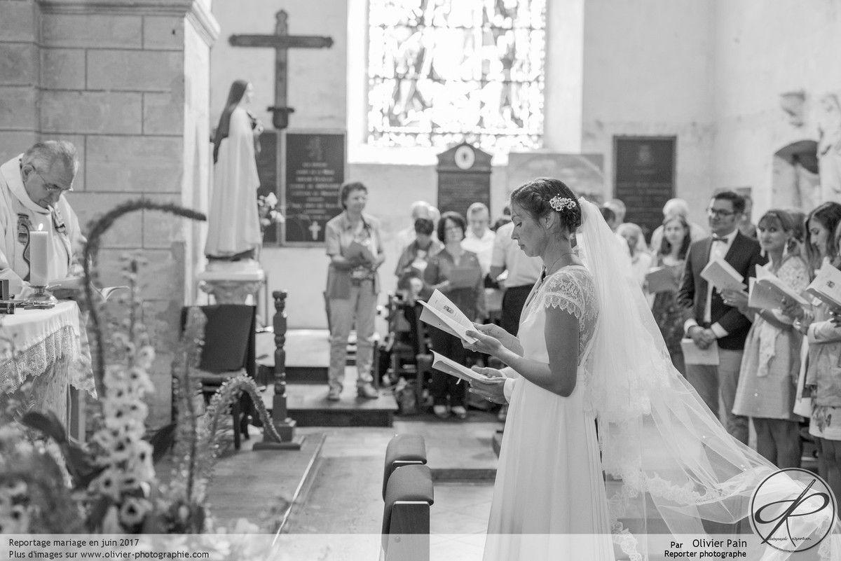 Reportage durant la cérémonie à l'église lors d'un mariage