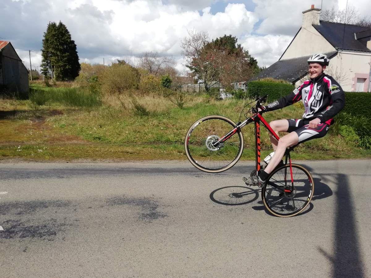 la sortie du mardi (9 avril): le fils de Thierry nous fait un beau numéro...de wheeling