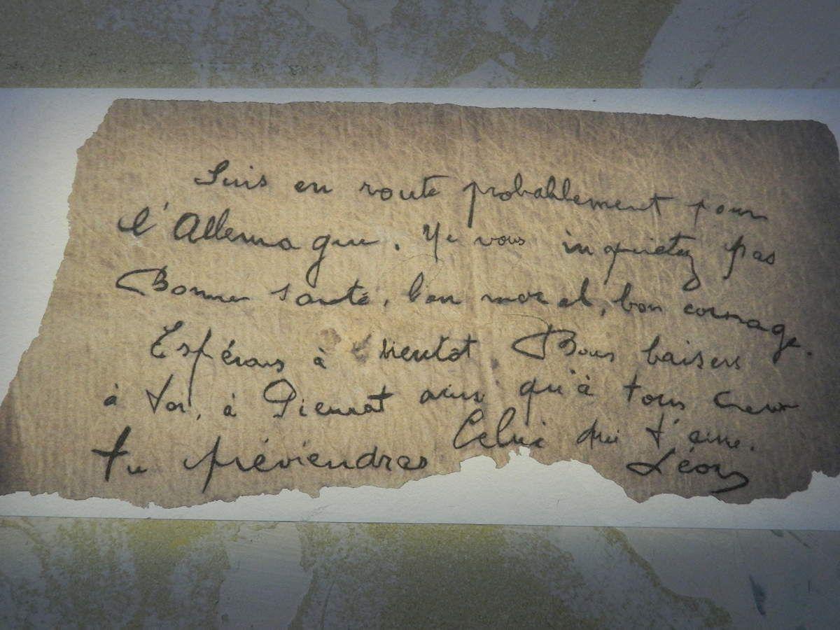 Reproduction d'une lettre émouvante projetée sur un mur du Mémorial