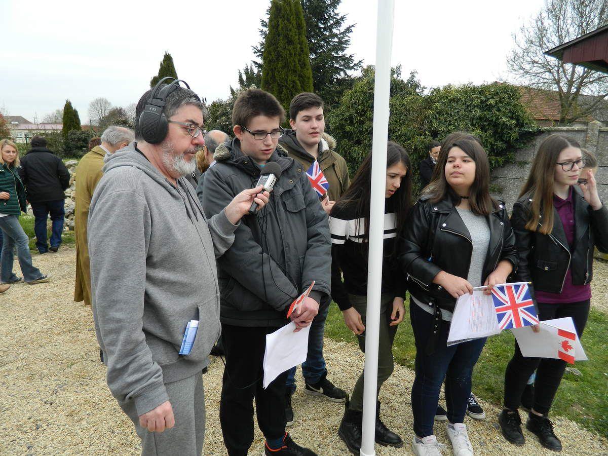 Frédéric Jourdain interviewe les élèves pour la radio RVM. La célébrité quoi!!