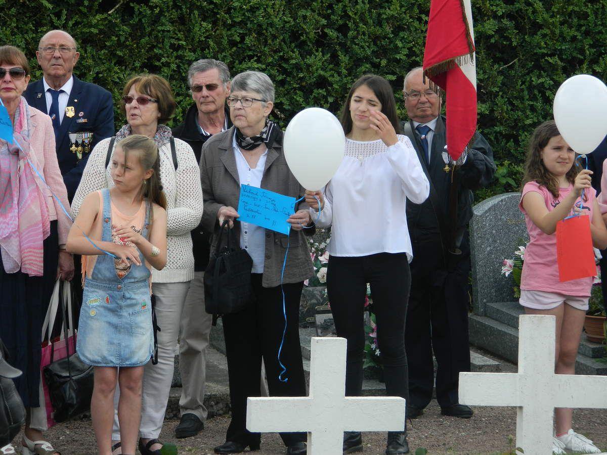 François entre M.Le Maire et M.Le Curé. Rose rend hommage au soldat François Viboud