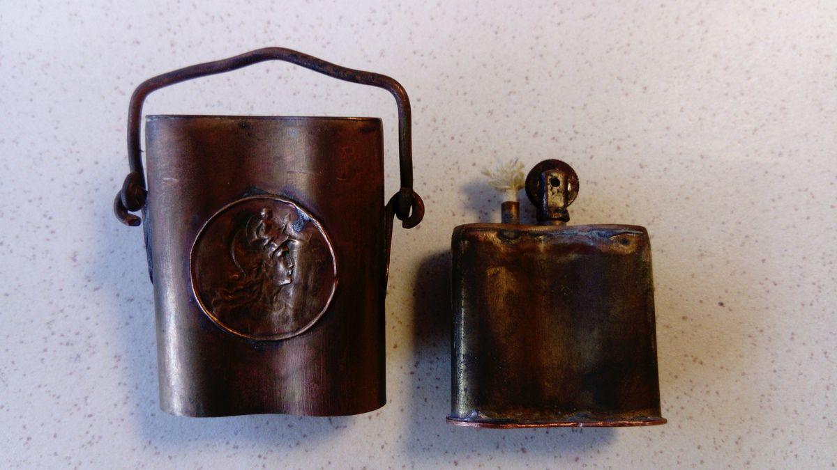 Un briquet en forme de bidon décoré d'un médaillon à l'effigie de Marianne