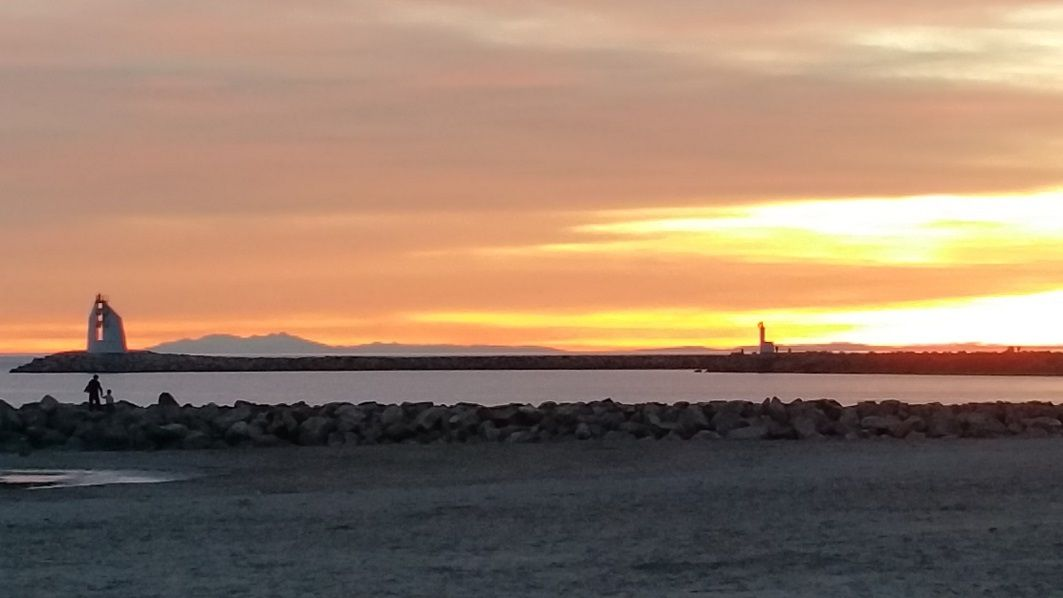 """Coucher de soleil hier soir à la Grande Motte - au fond à gauche, les Albères - """"CLIC"""" pour accéder à la webcam du port."""