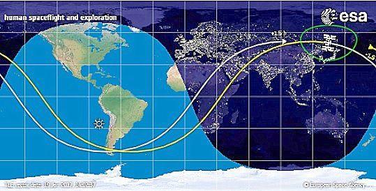 """La station spatiale internationale vers 18h40 au-dessus de la Chine. -   Elle se déplace à la vitesse moyenne de 8 km.s. -   Elle fait le tour de la Terre en 90 mn.  -  """"CLIC"""" pour voir la Terre et la station en direct."""