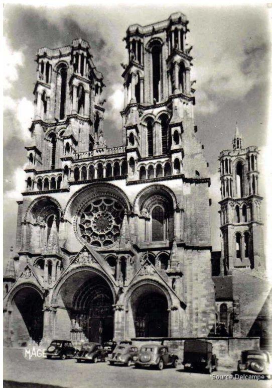 La cathédrale de Laon en 1959 avec des tractions, des quatre chevaux, etc...