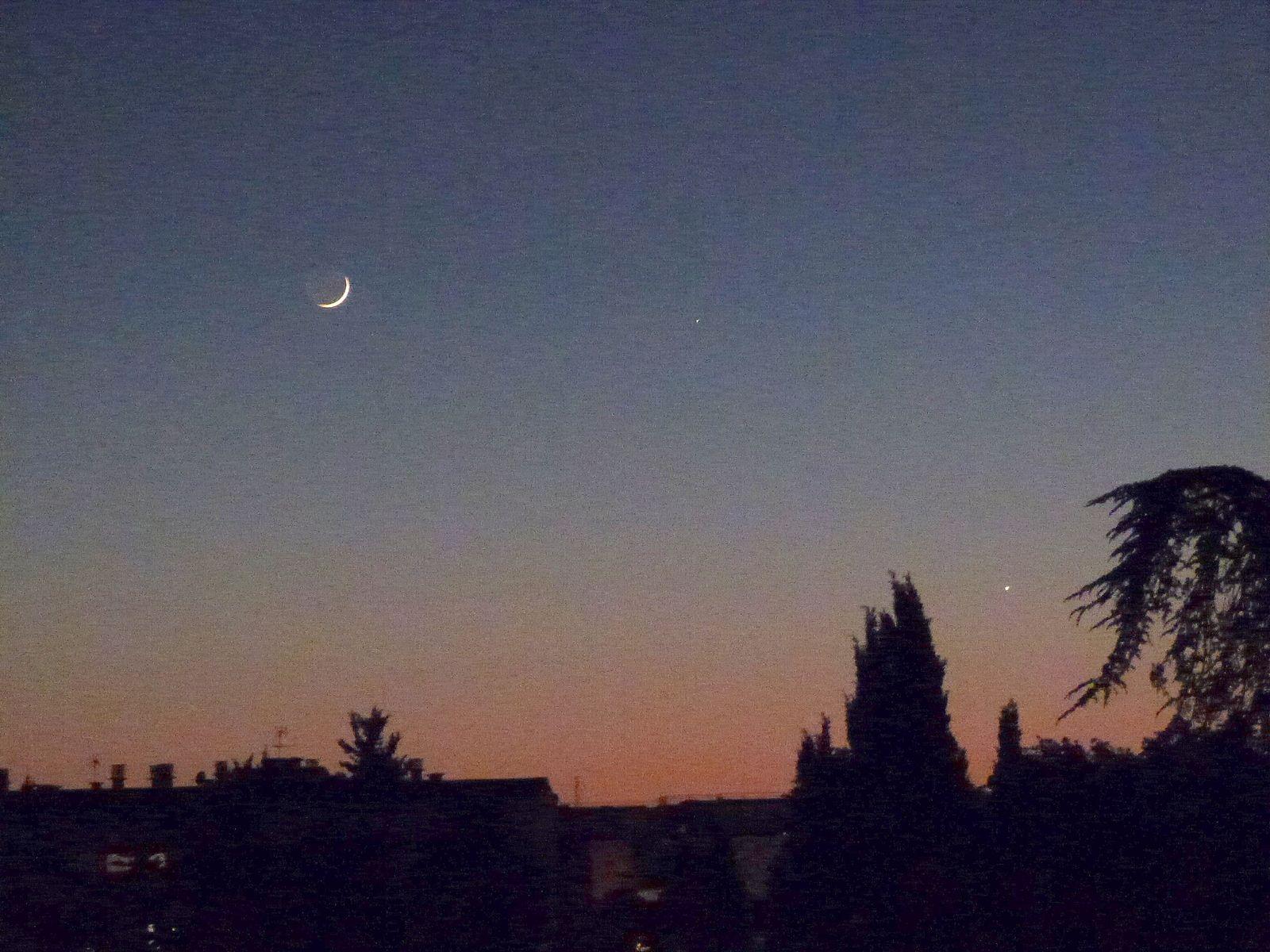 En direct à 22h - ma photo et l'image redshift - de gauche à droite : la Lune, Mercure et Vénus.