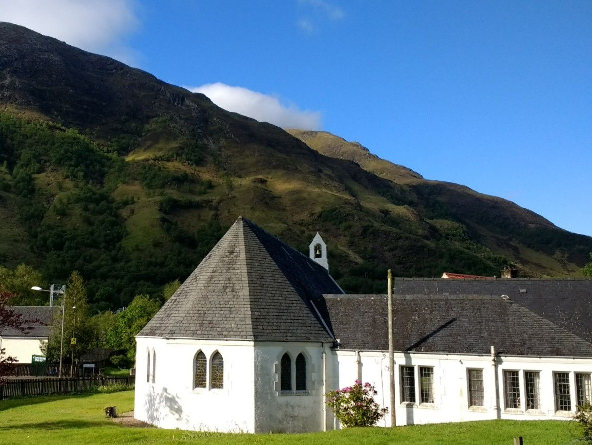 Kinlochleven Parish Church sous le soleil.
