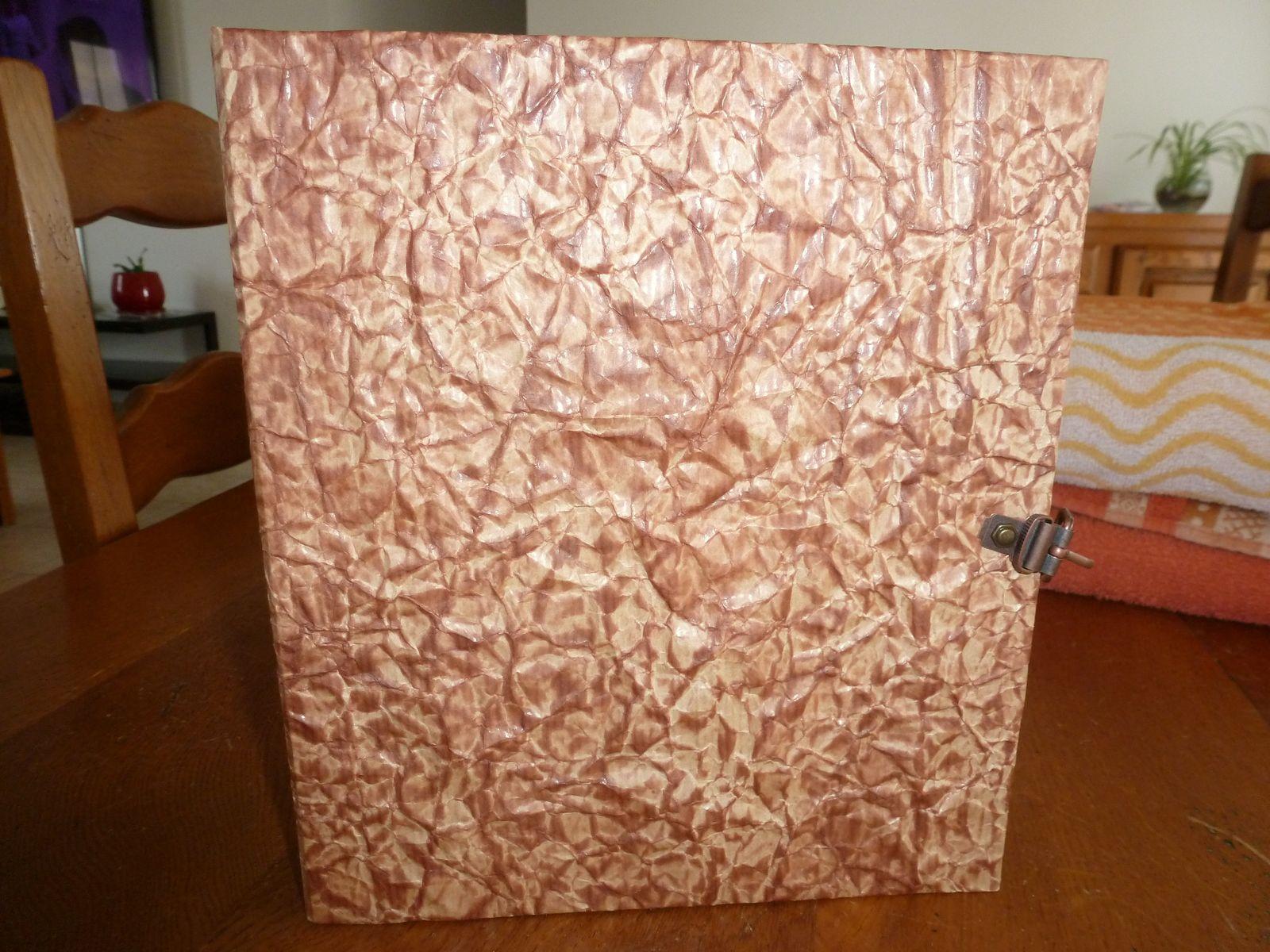 couverture faite en papier kraft froissé et encre