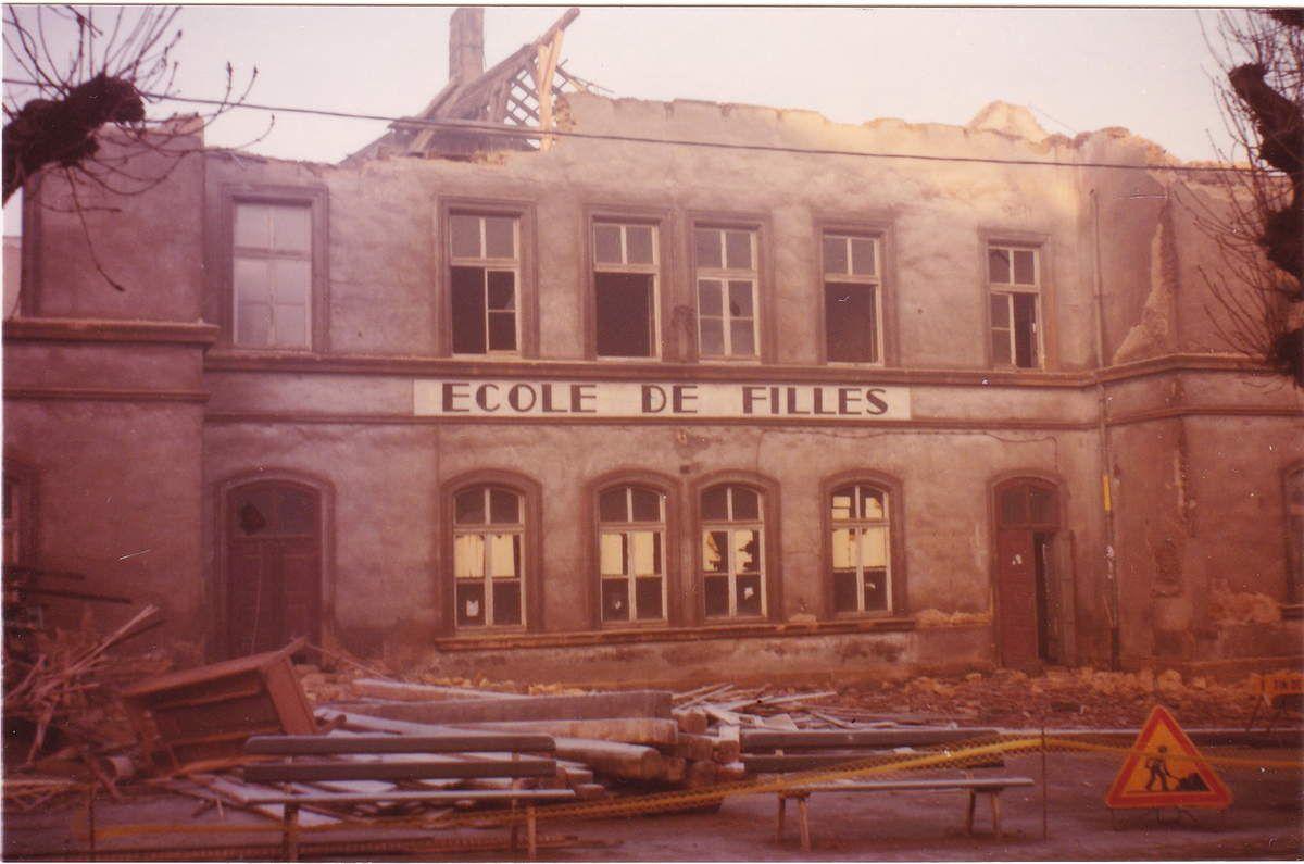 Destruction de l'école des filles en 1981 pour faire le square des marronniers.
