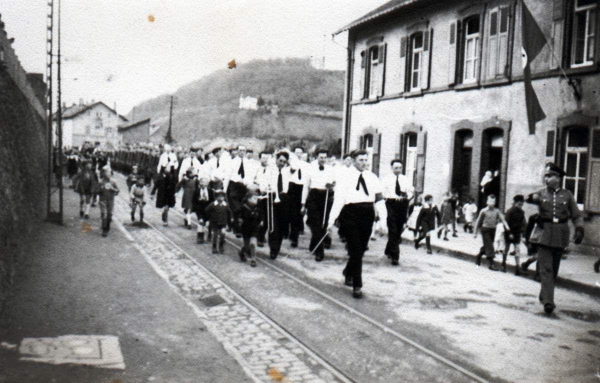 Défilé de troupes allemandes en 1942 rue de Gaulle