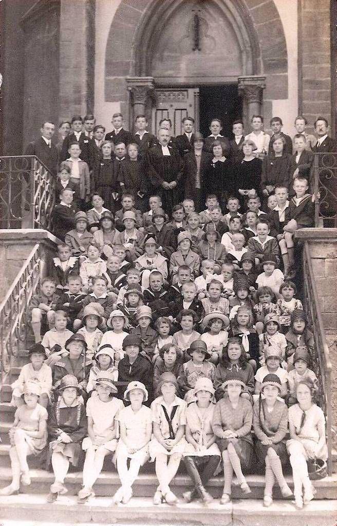 Photo du groupe de confirmants en 1928 avec le Pasteur Théo WOHLHÜTER