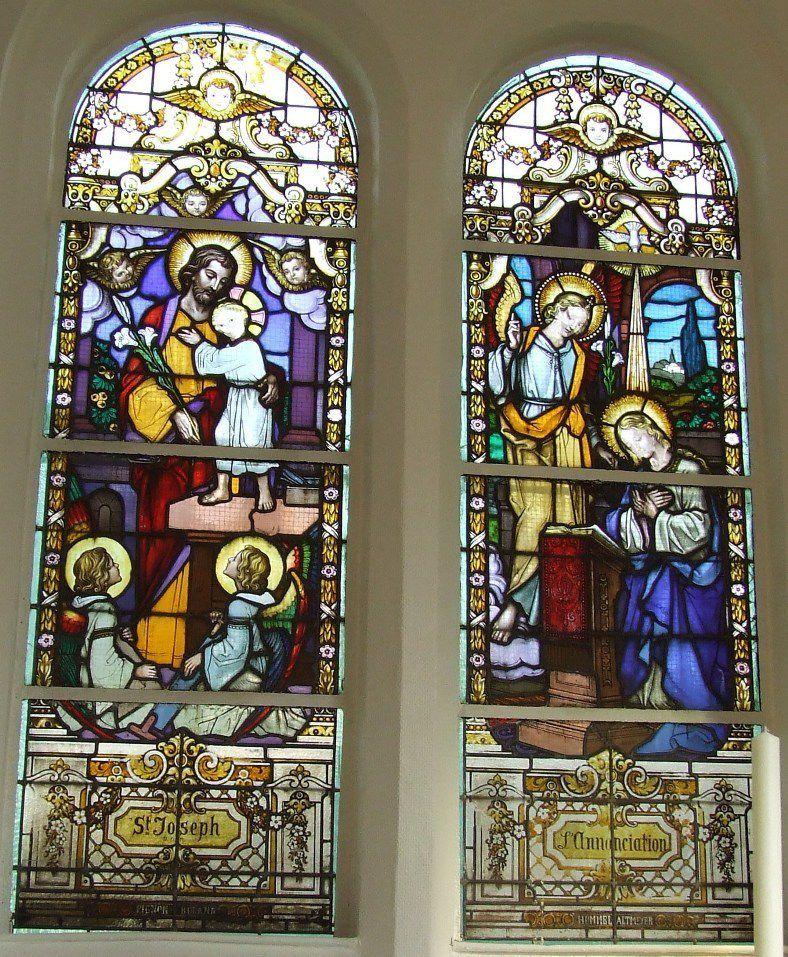 Les vitraux derrière l'autel