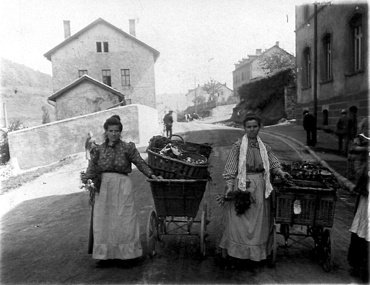 Paysannes descendant vers le marché en 1910, à droite le café restaurant qui deviendra la chapelle Saint Antoine....