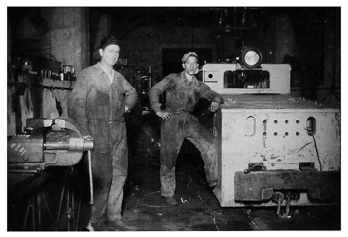 Dans l'atelier d'entretien des locotracteurs. Mrs GRUSS Robert et ROSSI Mando