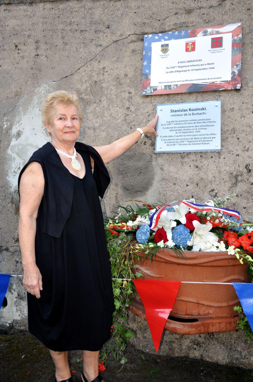 Sa soeur,Sophie, fut très émue devant la plaque souvenir en mémoire de son frère....