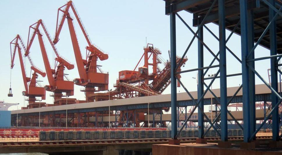 Déchargement des importations nord-coréennes dans la ville chinoise de Dandong, à la frontière sino-coréenne.