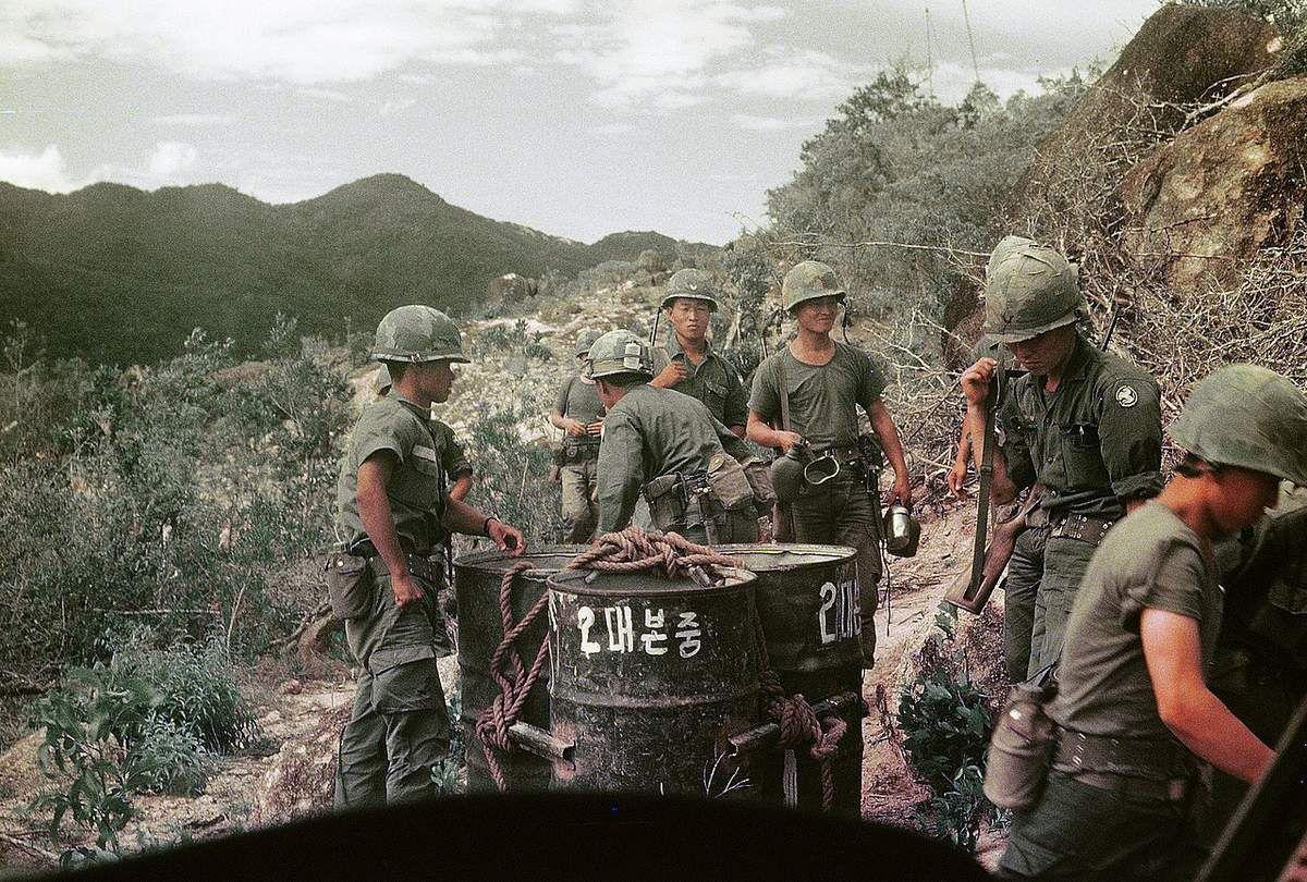 Soldats sud-coréens au Vietnam appartenant à la 9e division d'infanterie (photo Phillip Kemp)